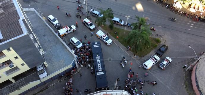 Torcida recepciona o Atlético-MG em Valadares (Foto: Jaime Júnior / TV Globo Minas)