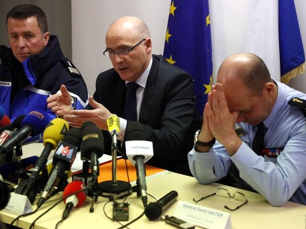 Brice Robin, o promotor de Marselha, fala sobre investigações em coletiva de imprensa no sul da França. À direita, o general David Gaultier olha para baixo com as mãos na cabeça (Foto: AP)