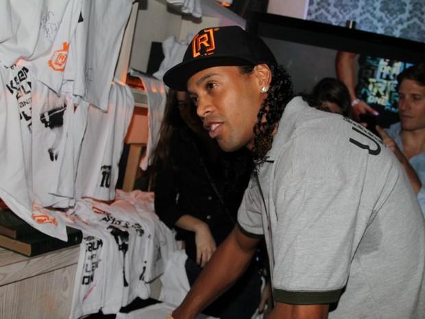 Ronaldinho Gaúcho distribui autógrafos em evento em São Paulo (Foto: Thiago Duran/ Ag. News)