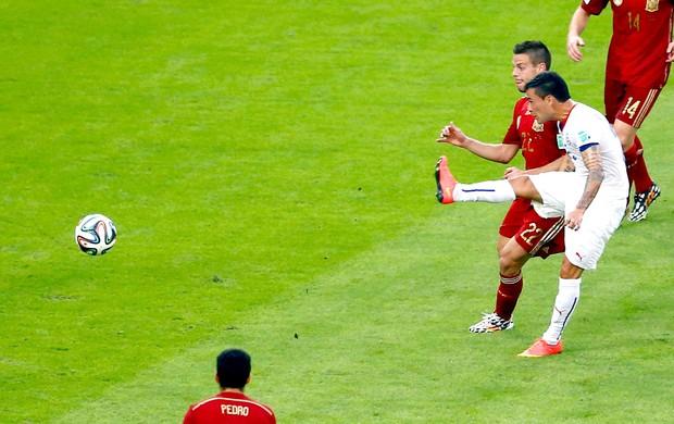 Charles Aranguiz gol jogo Espanha x Chile (Foto: Reuters)