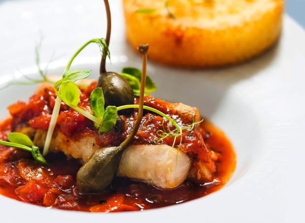 Peixe, molho de tomate, alcaparras e galete de batata do Le Bistro, no Esplanade Hotel (Foto: Divulgação)