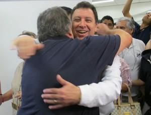 Luis Alvaro de Oliveira Ribeiro, presidente do Santos, abraça Marcelo Teixeira, ex-presidente (Foto: Adilson Barros / globoesporte.com)