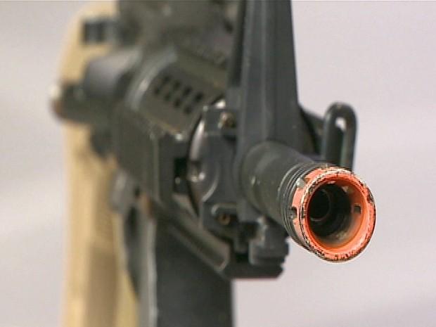A ponta vermelha ou alaranjada é que a diferencia a airsoft de um armamento real. (Foto: Reprodução/TV Vanguarda)