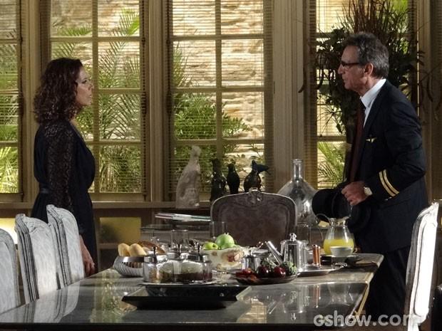 Ele diz que vai embora e ela não acredita no que ouve (Foto: Em Família/ TV Globo)