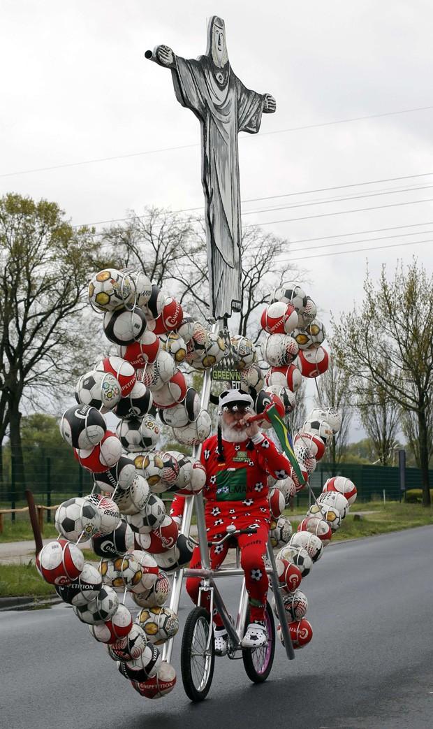 Didi Senft precisou de cerca de 100 horas para construir bicicleta com bolas de futebol e até uma imagem que lembra o Cristo Redentor (Foto: Fabrizio Bensch/Reuters)