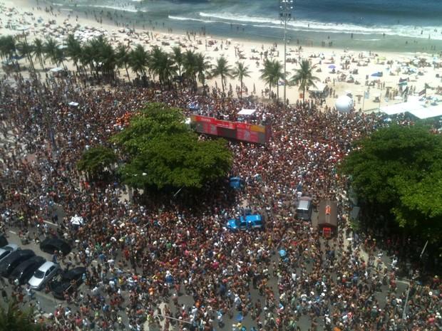 Bloco Chora, me liga desfilou com 'área VIP' na Praia de Copacabana no domingo (3) (Foto: Lívia Torres/G1)