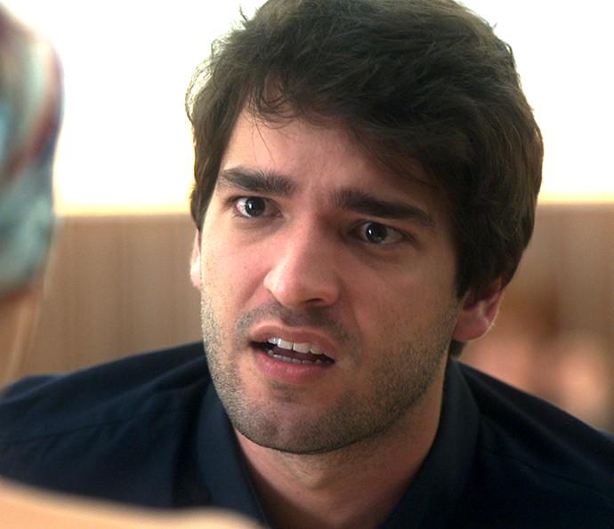 Tiago grita com a namorada na frente de outras pessoas (Foto: TV Globo)