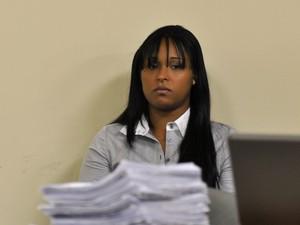 07/03/2013 - Dayanne observa a movimentação no quarto dia de julgamento (Foto: Renata Caldeira / TJMG)