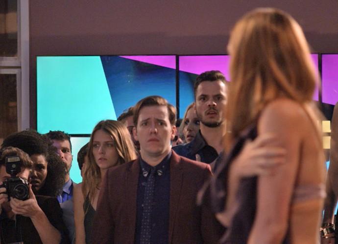 Max fica com pena da garota e jornalistas tentam registrar (Foto: TV Globo)