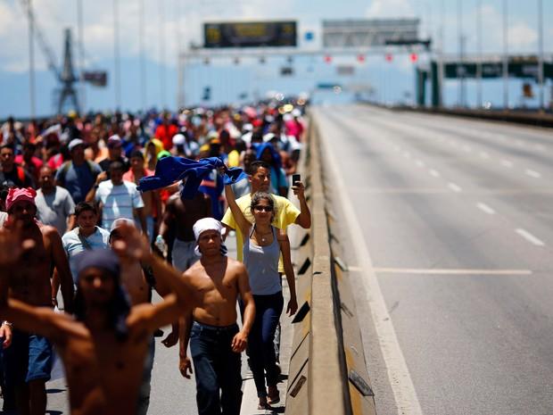 Funcionários do Complexo Petroquímico do Rio de Janeiro (Comperj) interditam duas pistas da Ponte Rio Niterói, no Rio de Janeiro, durante protesto. Os manifestantes, que estão com salários atrasados há três meses, seguem para a sede da Petrobras (Foto: Ricardo Moraes/Reuters)