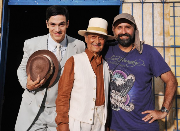 Nelson, caracterizado como Coronel Altino, nas gravações de 'Gabriela' (Globo, 2012) com o ator Mateus Solano e o diretorl Mauro Mendonça Filho (Foto: Divulgação/TV Globo)