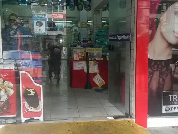 Caixa eletrônico foi explodido em farmácia (Foto: Camila Torres/TV Globo)