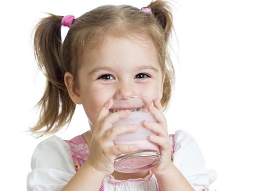 Água, água de coco, sucos... Saiba o papel dessas e de outras bebidas na hidratação do seu filho