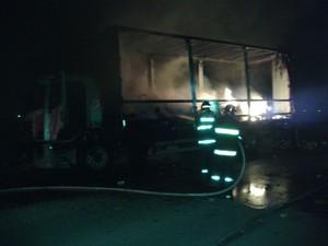 Caminhão é incendiado na Avenida Mário Covas, em Suzano (Foto: Douglas Campos/TV Diário)