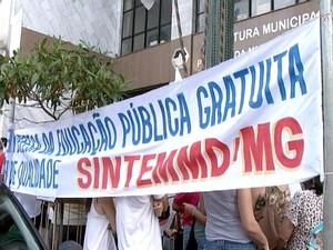 manifestação protesto servidores municipais Prefeitura Divinópolis MG (Foto: Reprodução/TV Integração)