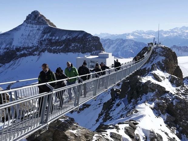 c6353a77e84 Turistas apreciam a vista do alto da passarela (Foto  Denis  Balibouse Reuters)