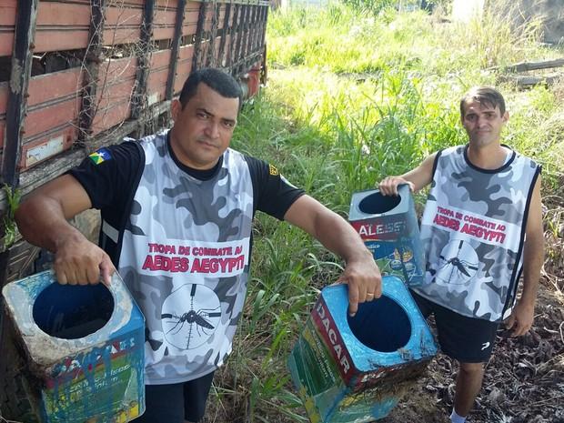 Os PMs estão procurando acabar com todos os criadouros do mosquito na área do quartel. (Foto: Joselene Soares/Arquivo Pessoal)