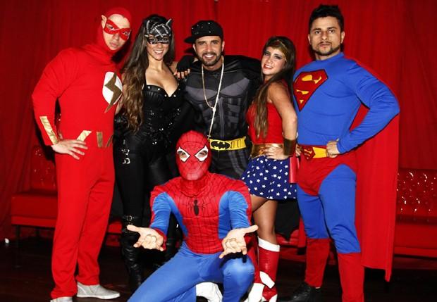 Latino e Max Porto posam com outros figurantes (Foto: Paduardo/AgNews)
