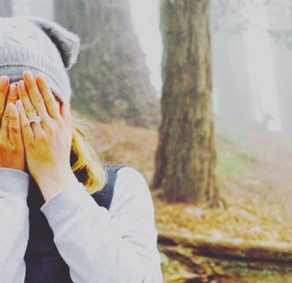 A atriz Emily VanCamp com seu anel de noivado (Foto: Instagram)