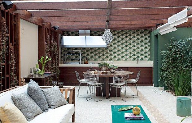 Desenhados pela arquiteta Flavia Gerab, os ladrilhos hidráulicos hexagonais em tons de verde têm a função de integrar visualmente varanda e jardim. As paredes também ganharam a mesma cor (Foto: Pedro Abude/Editora Globo)