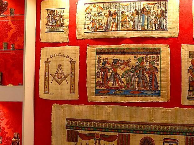 Também estão expostas pinturas feitas em papiros (Foto: Reprodução/Inter TV Cabugi)