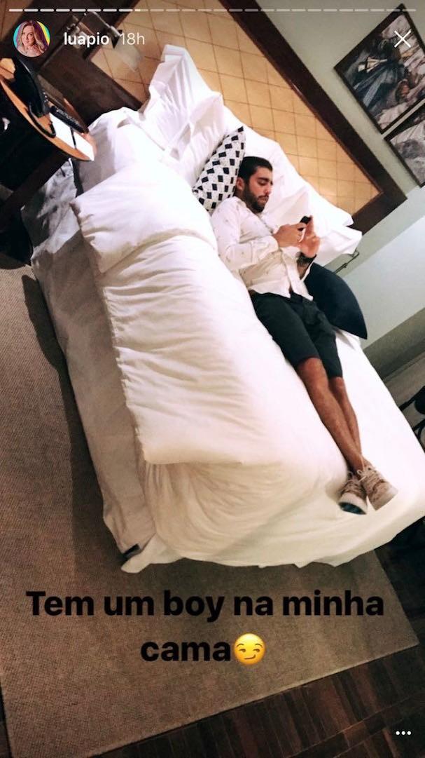 """Tem um """"boy"""" na minha cama, brincou a atriz (Foto: Reprodução Instagram)"""