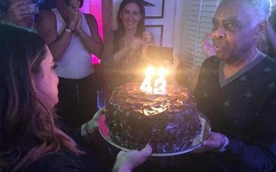 Gilberto Gil foi quem levou o bolo até a filha, que antes de apagar as velas fez os tradicionais pedidos (Foto: Reprodução Instagram)