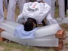 Praticante de artes marciais quebra barras de gelo com cabeçada na Índia