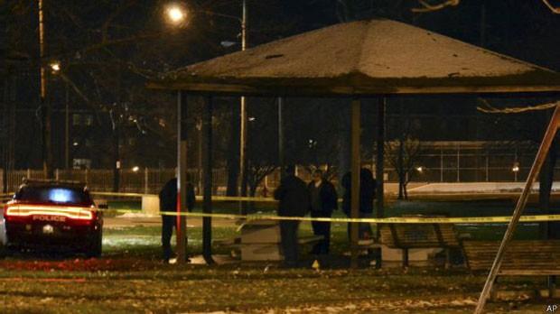 Garoto apontava réplica de pistola para pessoas que passavam em parque nos Estados Unidos  (Foto: AP)