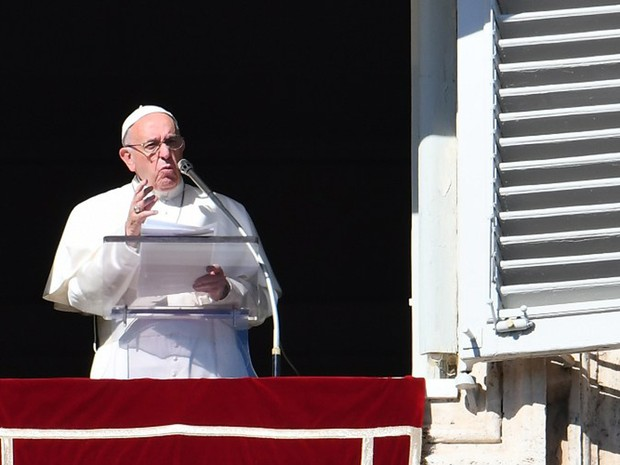 Papa Francisco faz pronunciamento durante oração do Angelus, na Praça São Pedro, na Itália,  neste domingo (30)  (Foto: Vincenzo Pinto / AFP)