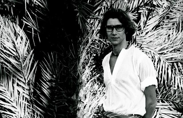 Yves Saint Laurent in the Jardin Majorelle in Marrakesh, 1970s (Foto: FONDATION PIERRE BERGÉ-YVES SAINT LAURENT)