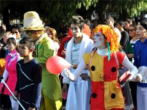Parada festiva marca a abertura do Julhofest (Foto: Fernando Baldan / Assessoria de Imprensa)