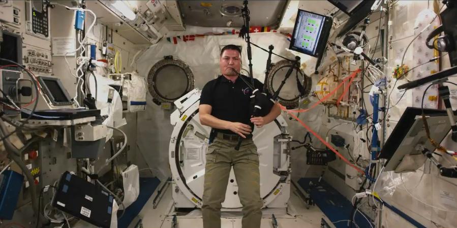 Astronauta Kjell Lindgren tocou gaita de fole na Estação Espacial (Foto: Reprodução)