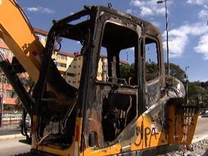 Retroescavadeira é queimada durante manifestações. (Foto: Reprodução/TV Globo)