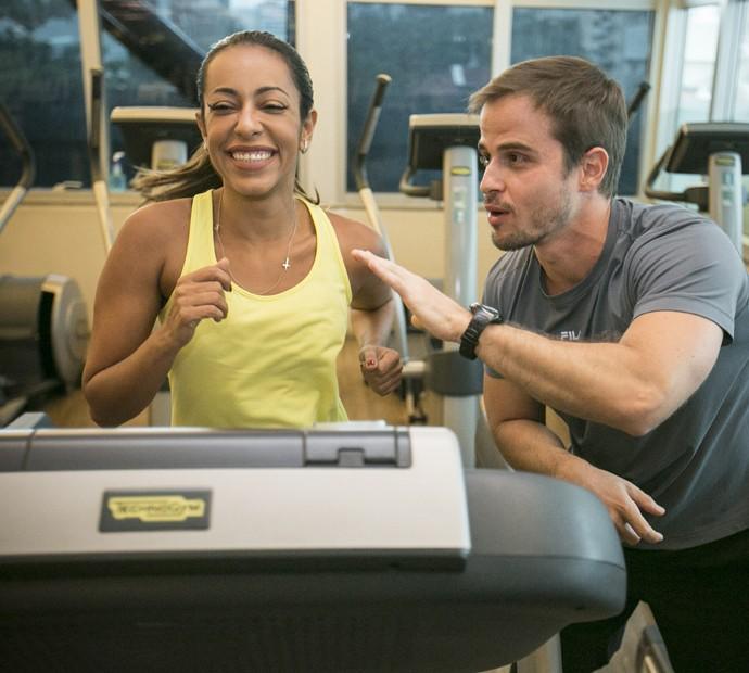 Quem acompanha de pertinho os treinos de Samantha é o personal Renato Saroldi (Foto: Raphael Dias / Gshow)