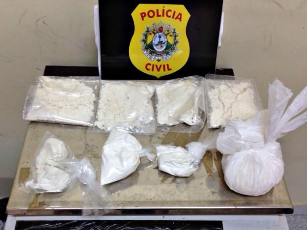 Cocaína foi apreendida por um dos suspeitos presos na tarde desta terça-feira em Rio Branco (Foto: Divulgação/Polícia Civil)
