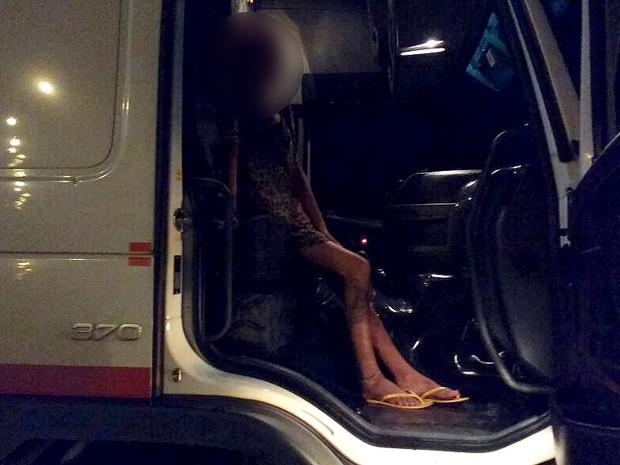 Adolescente foi encontrada na cabine da caminhão (Foto: Divulgação/PRF-MA)