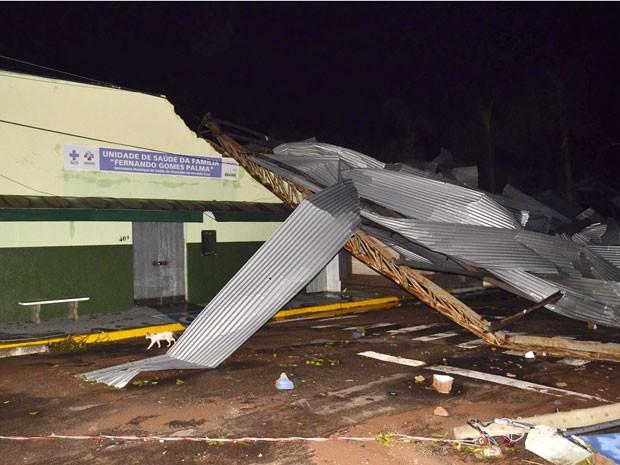Força do vento arrancou cobertura de uma quadra esportiva em Osvaldo Cruz (Foto: Valdemir Anselmo/Cedida)