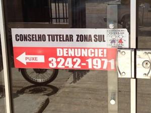 Telefone para atendimentos no Conselho da Zona Sul, o mesmo encontra-se cortado (Foto: John Pacheco/G1)