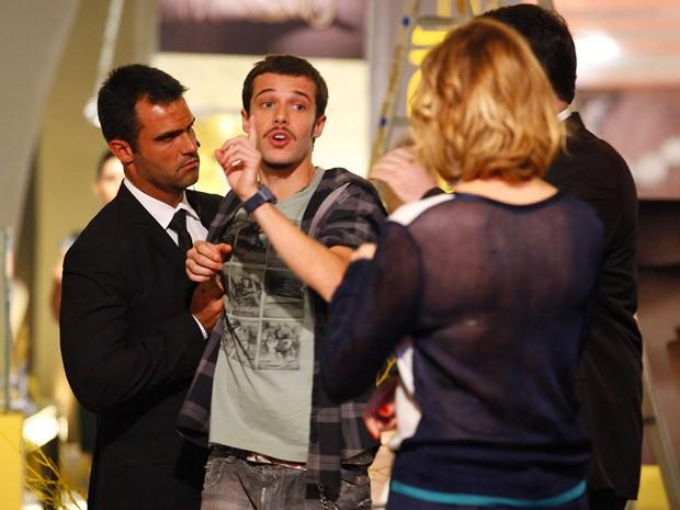 Rodinei vai reclamar, mas não é bem recebido por Sônia (Foto: Cheias de Charme / TV Globo)