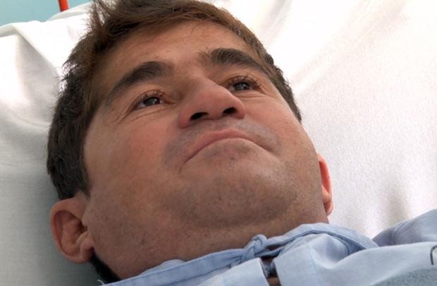 O náufrago José Salvador Alvarenga é hospitalizado nesta quarta-feira (12) em Santa Tecla, El Salvador (Foto: AFP)