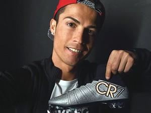 Cristiano Ronaldo com a nova chuteira Mercurial Superfly CR7 Silverware (Foto: Reprodução)