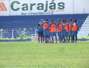 Lino conversa com jogadores do CSA (Foto: Caio Lorena / Globoesporte.com)