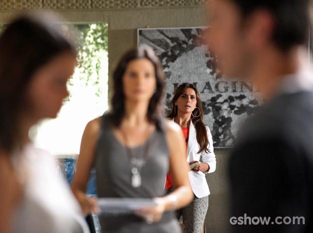 Clara se liga e vê que Verônica percebe clima entre a sobrinha e o primo (Foto: Carol Caminha/ TV Globo)
