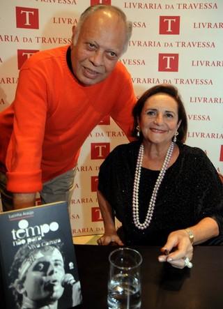 João Araújo e Lucinha no lançamento do livro o tempo não para (Foto: Reprodução / Facebook)