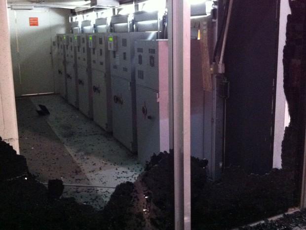 Vândalos quebraram agência do Itaú, na Avenida Paulista, e expuseram os fundos dos caixas eletrônicos. (Foto: Rodrigo Mora/G1)
