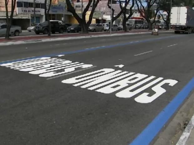 Faixa azul demarca as faixas de trânsito preferenciais para o transporte público (Foto: TV Verdes Mares/Reprodução)