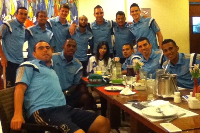 Torcedora do Palmeiras conhece jogadores em hotel (Foto: Divulgação / Palmeiras)