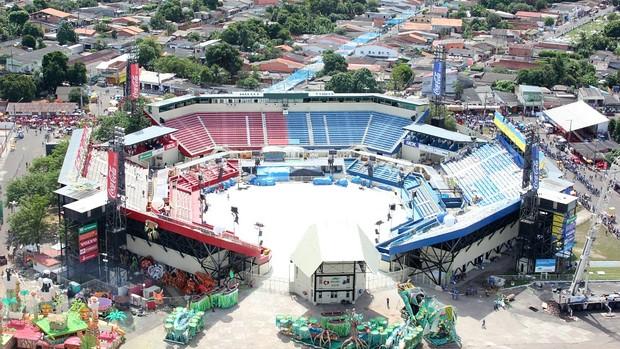 Bumbódromo é o local onde acontece o Festival Folclórico; prédio é dividido para bois Azul e Vermelho (Foto: Frank Cunha/G1 AM)