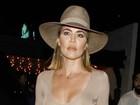 Khloe Kardashian dispensa sutiã e é traída pelos flashes dos paparazzi